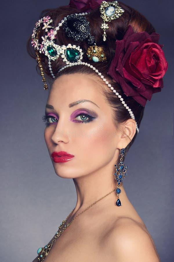 Красивая молодая женщина с аксессуарами jewelery стоковое изображение