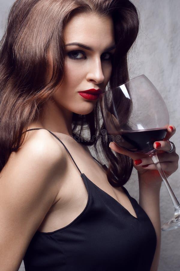 Красивая молодая женщина с бокалом стоковая фотография