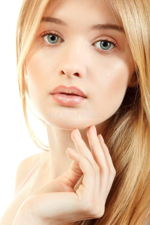 Красивая молодая женщина с длинными светлыми волосами и волосами около ее fac стоковая фотография rf