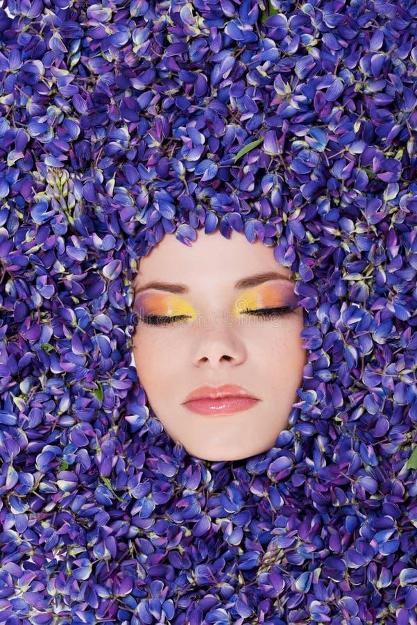 Красивая молодая женщина с красочным составом стоковые изображения rf