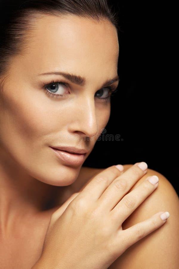 Красивая молодая женщина с накаляя цветом лица стоковая фотография rf