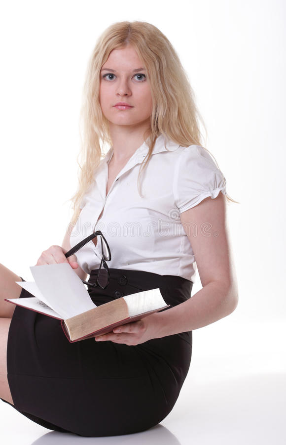 Красивая молодая женщина с предпосылкой белизны книг стоковая фотография rf