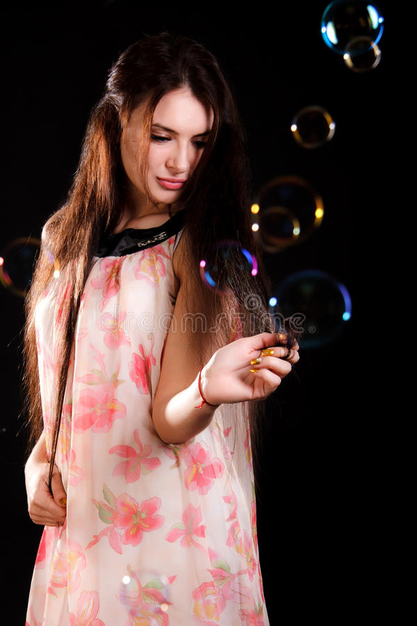 Красивая молодая женщина с пузырями мыла стоковые изображения rf