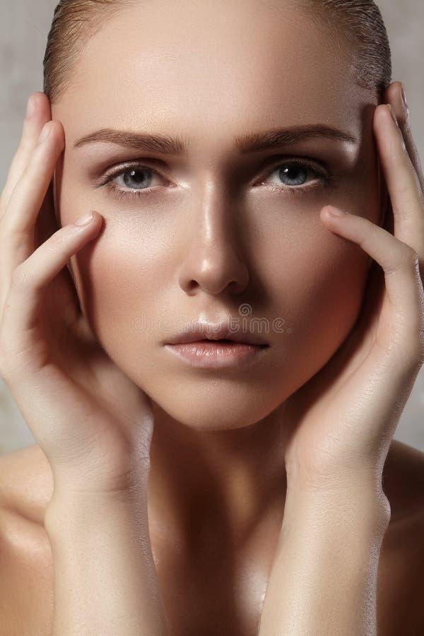 Красивая молодая женщина с совершенной чистой сияющей кожей, естественным составом моды Женщина конца-вверх, свежий взгляд курорт стоковые изображения rf