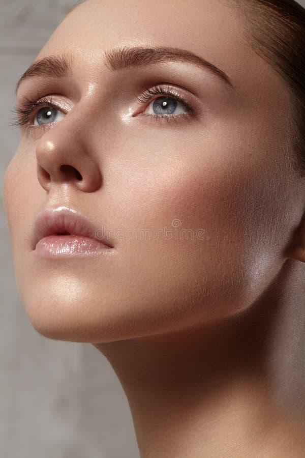 Красивая молодая женщина с совершенной чистой сияющей кожей, естественным составом моды Женщина конца-вверх, свежий взгляд курорт стоковое изображение