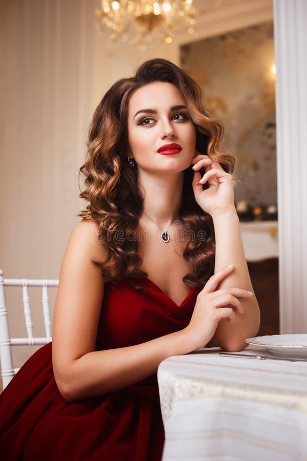Красивая молодая леди с шикарной прической и сексуальной