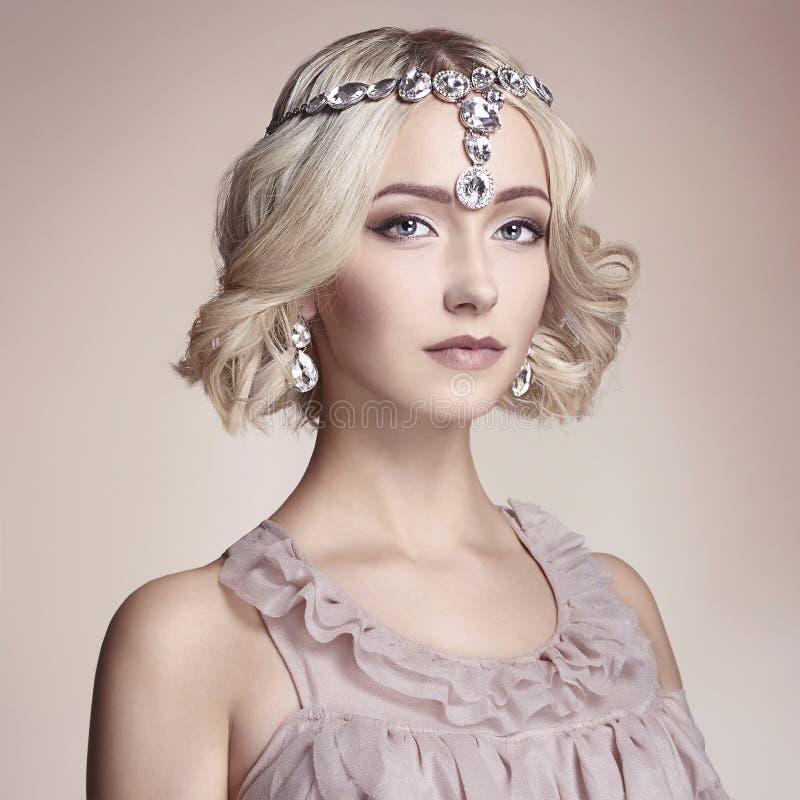 Красивая молодая женщина с украшениями стоковые фото