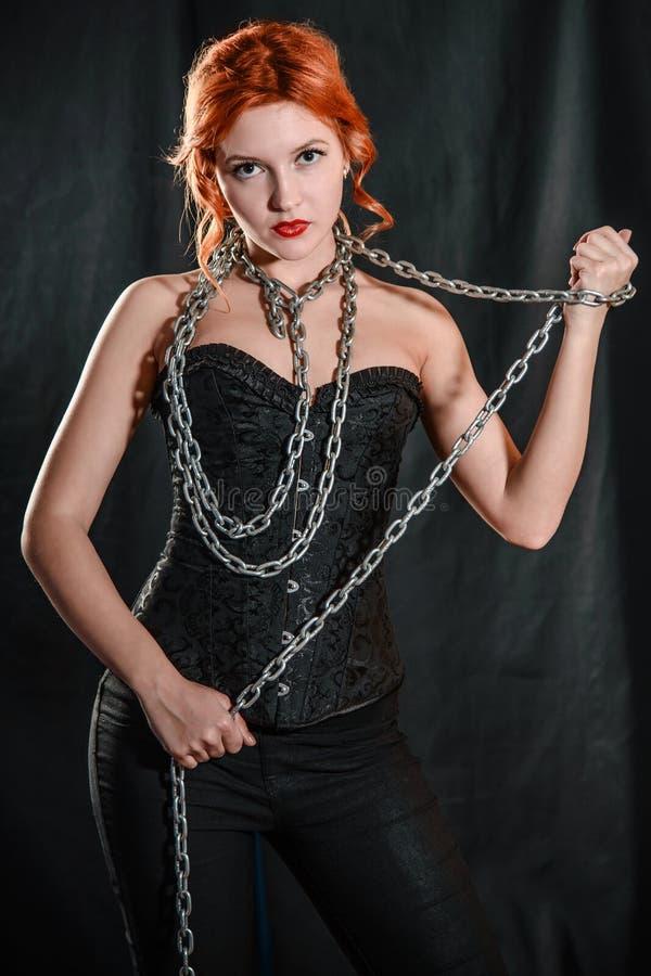 Красивая молодая женщина с цепью вокруг его шеи стоковая фотография rf