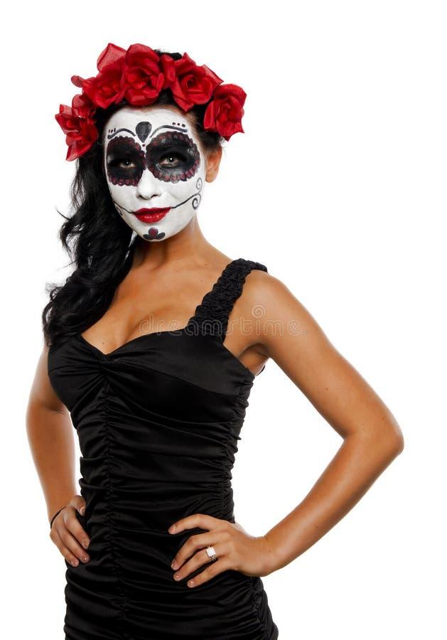 Красивая молодая женщина с черепом и цветками сахара в ее волосах стоковое фото rf