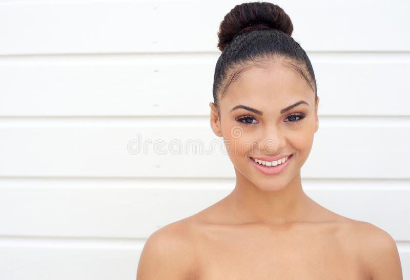Красивая молодая женщина усмехаясь с нагими плечами стоковая фотография rf