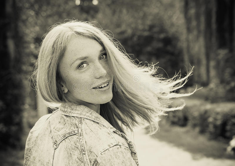 Красивая молодая женщина outdoors стоковое фото