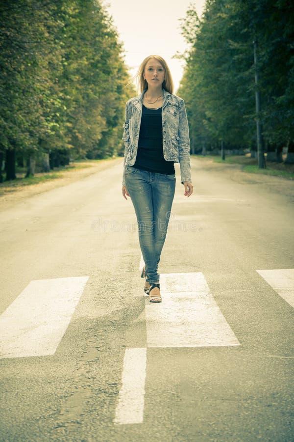 Красивая молодая женщина outdoors стоковая фотография rf