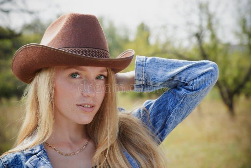 Красивая молодая женщина outdoors стоковые фотографии rf