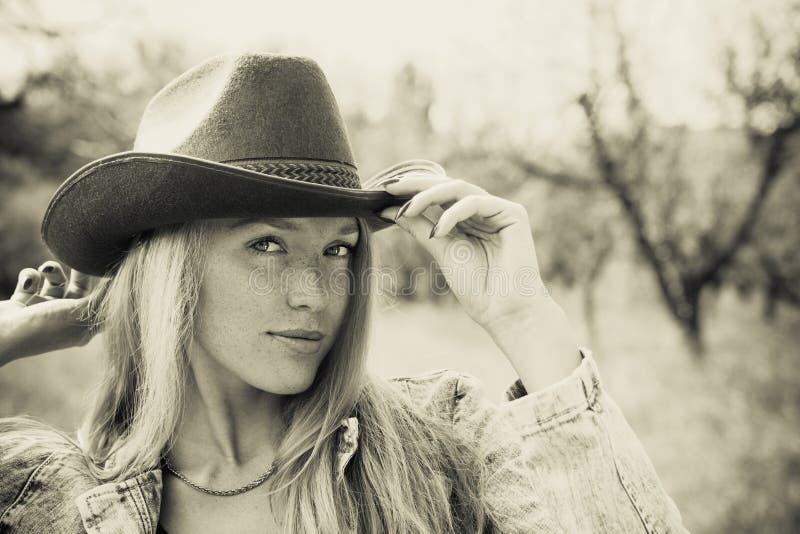 Красивая молодая женщина outdoors стоковые изображения