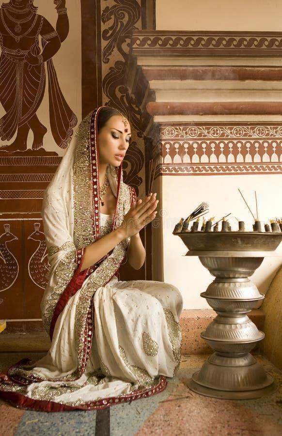 Красивая молодая индийская женщина в традиционной одежде с incens стоковое фото rf