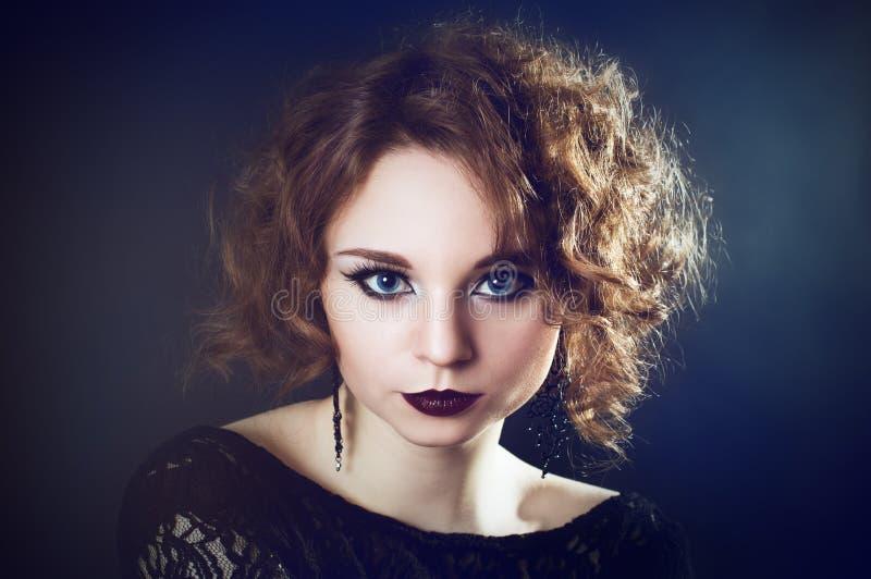 Красивая молодая курчавая девушка стоковое фото