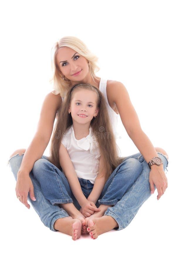 Красивая молодая мать сидя при маленькая дочь изолированная дальше стоковые изображения rf
