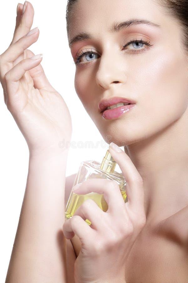Красивая молодая модель распыляя благоухание цветков на ее теле стоковое изображение rf