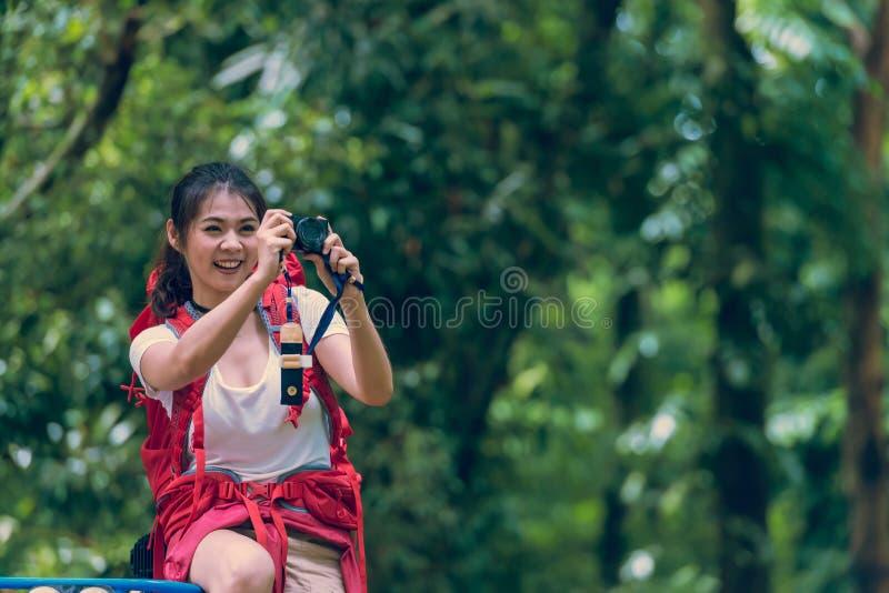 Красивая молодая молодая женщина с рюкзаком стоковое фото rf