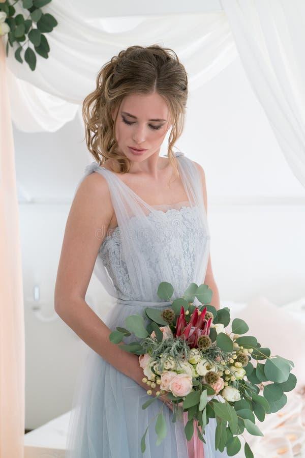 Красивая молодая невеста в спальне стоковые изображения
