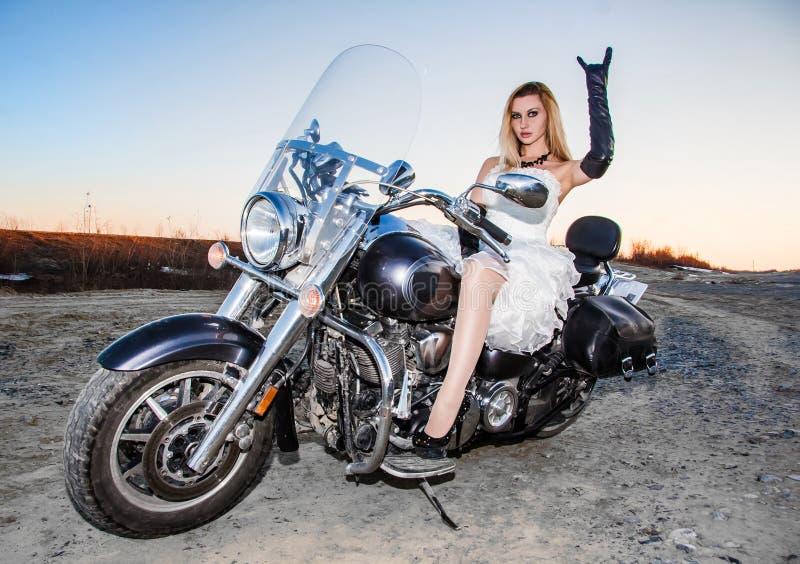 Красивая молодая невеста на велосипеде стоковое фото