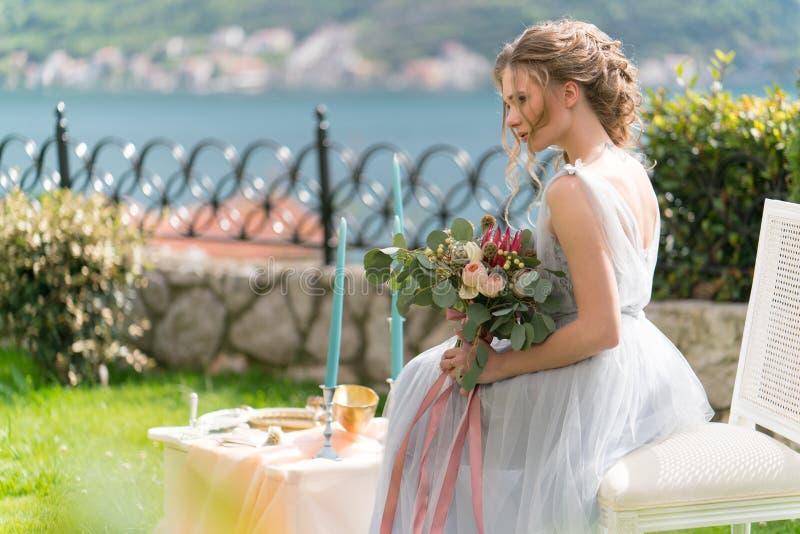 Красивая молодая невеста на лужайке представляет для фото стоковые изображения