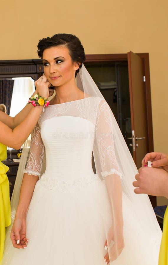 Красивая молодая невеста с составом и стиль причёсок в спальне, подготовке женщины новобрачных окончательной для wedding стоковое фото