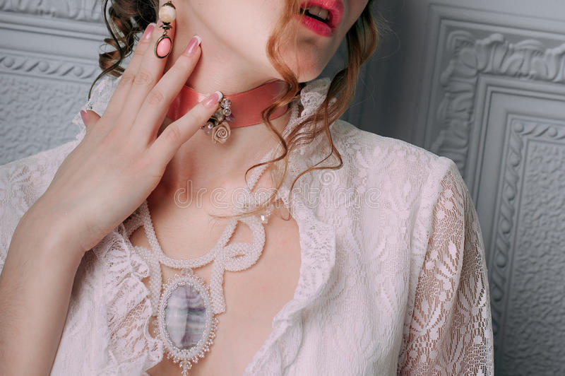 Красивая молодая сексуальная женщина, волосы украшенные с цветками Совершенный состав Мода красоты ресницы Съемка заретушированна стоковые фото