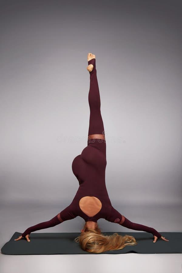 Красивая молодая сексуальная женщина с figur совершенного спортсмена белокурым здоровым тонким стоковая фотография