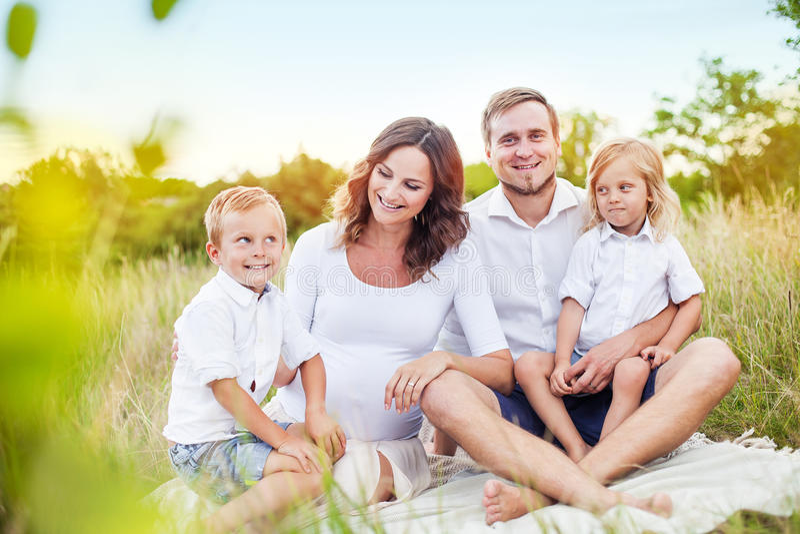 Красивая молодая счастливая семья стоковая фотография