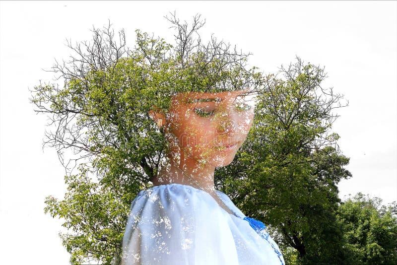 Красивая молодая украинская девушка в национальном костюме Девушка с красивым появлением у древесины на природе иллюстрация вектора
