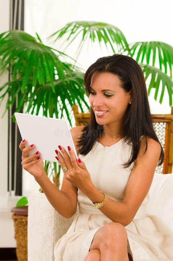 Красивая молодая элегантная женщина держа цифровое стоковая фотография rf