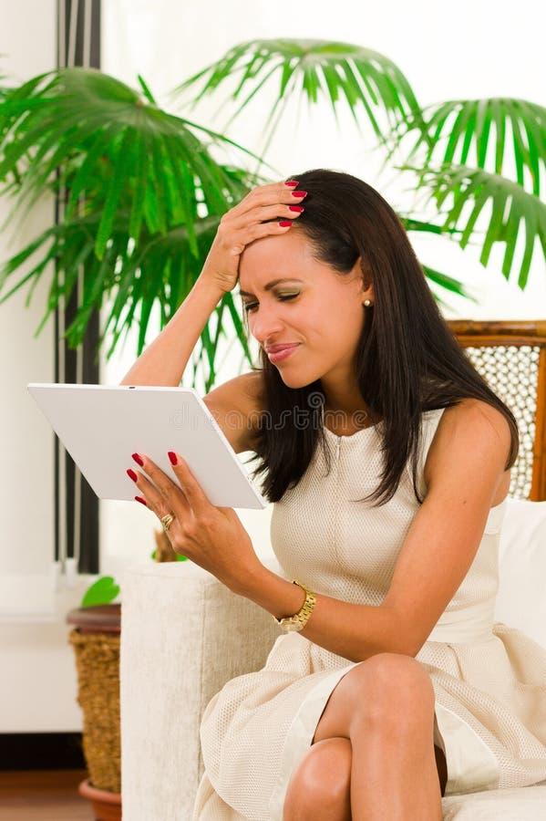 Красивая молодая элегантная женщина держа цифровое стоковые фото