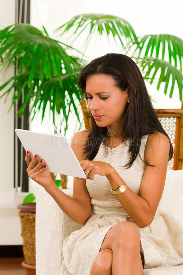 Красивая молодая элегантная женщина держа цифровое стоковое изображение