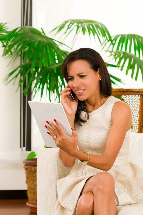 Красивая молодая элегантная женщина держа цифровой стоковые изображения rf