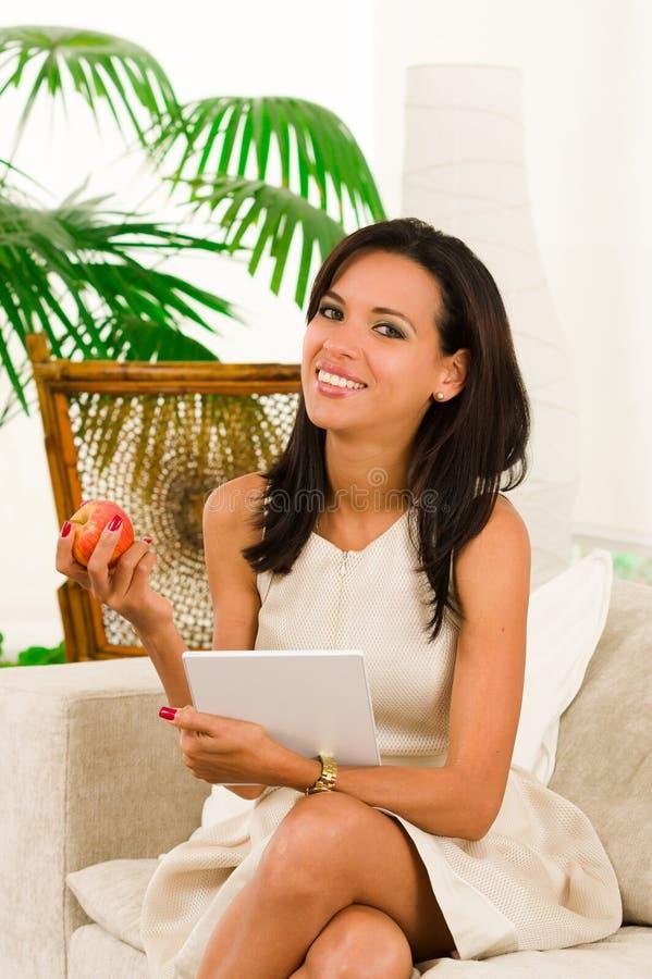 Красивая молодая элегантная женщина сидя внутри стоковое фото rf