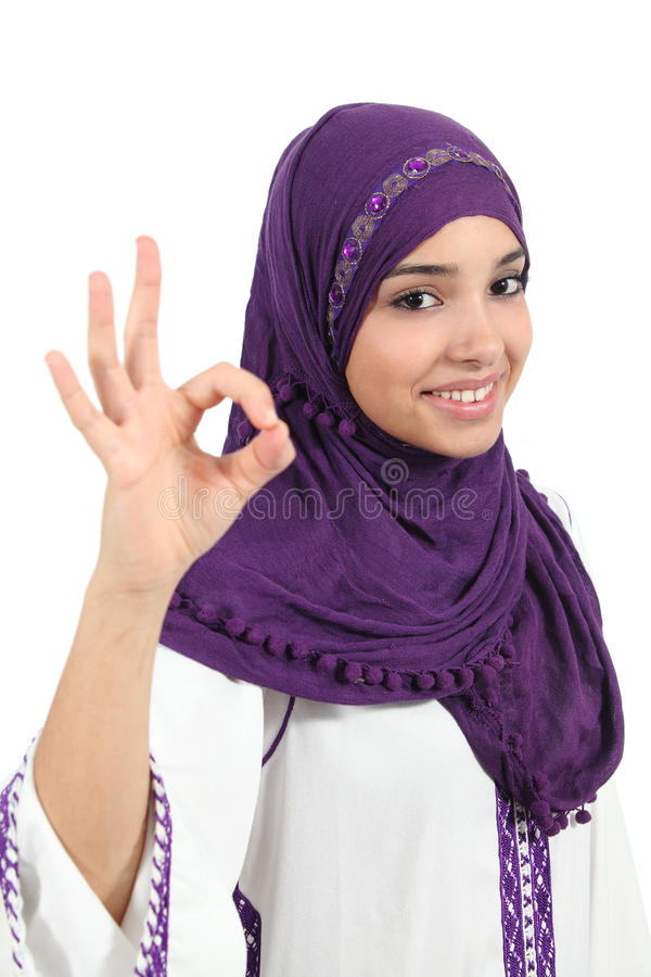 Красивая мусульманская женщина нося hijab показывать о'кеы стоковое фото rf