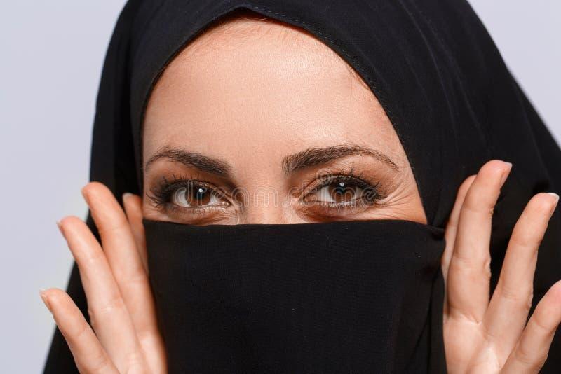 Красивая мусульманская женщина смотря камеру стоковое изображение rf