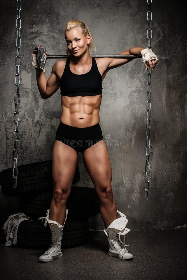 Красивая мышечная женщина культуриста стоковые фотографии rf