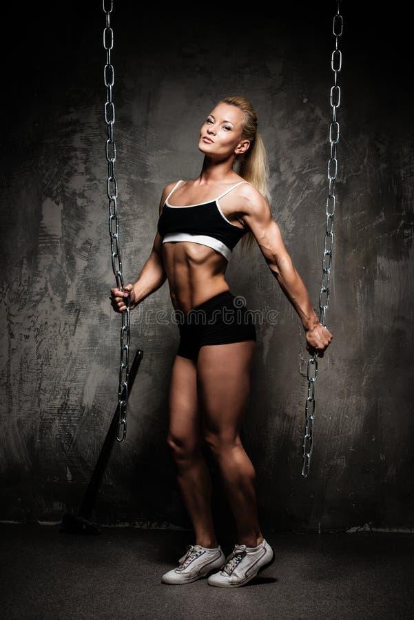 Красивая мышечная женщина культуриста стоковое изображение rf