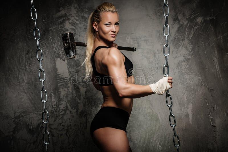 Красивая мышечная женщина культуриста стоковое фото rf