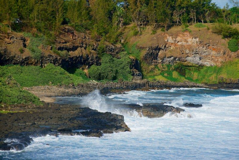 Красивая накидка Gris-Gris с волнами Индийского океана ломая на береге на острове Маврикия стоковые изображения