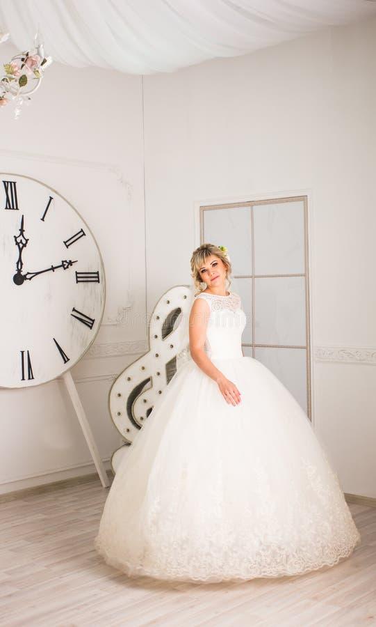 Красивая невеста в белом платье свадьбы внутри помещения стоковые фотографии rf