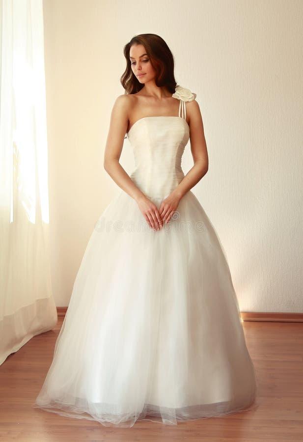 Красивая невеста в белом mariage платья свадьбы стоковые фото