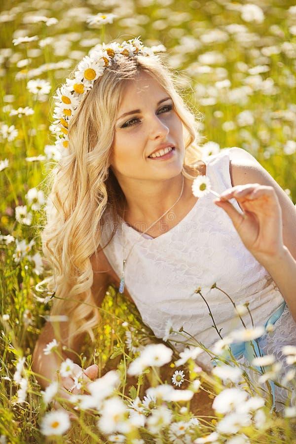 Красивая невеста в поле стоковое фото rf