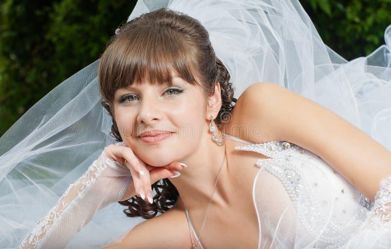 Красивая невеста в платье свадьбы на природе стоковые фото
