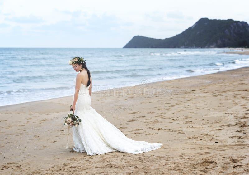 Красивая невеста готовя море стоковое фото