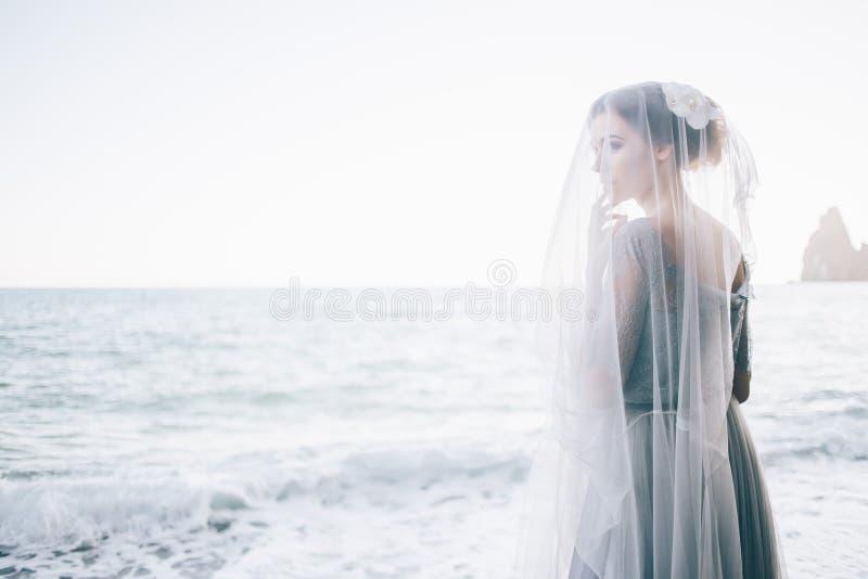 Красивая невеста женщины под вуалью около моря свадьба, счастье, образ жизни стоковое фото rf