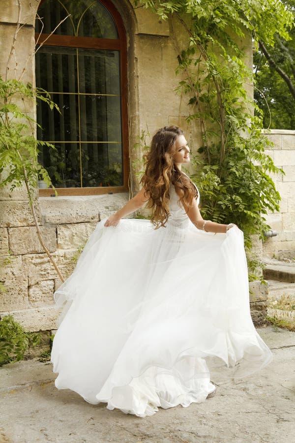 Красивая невеста идя на день свадьбы, женщина в платье свадьбы o стоковое изображение rf