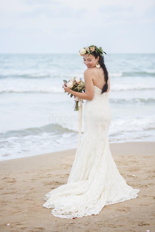 Красивая невеста морем стоковое фото rf